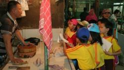 Interaksi Siswa Dengan Pasar Tradisional